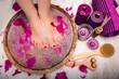 Quadro Junge Frau bekommt im Spa Salon eine Fußmassage