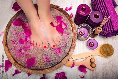 Junge Frau bekommt im Spa Salon eine Fußmassage