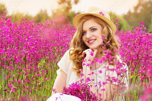 Zdjęcia na płótnie, fototapety, obrazy : Прекрасная девушка с рыжими волосами. Лето.