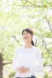 笑顔の女性、新緑