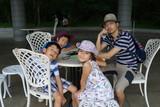 テラスで休む家族 休日 公園 ハイキング ガーデンテーブル