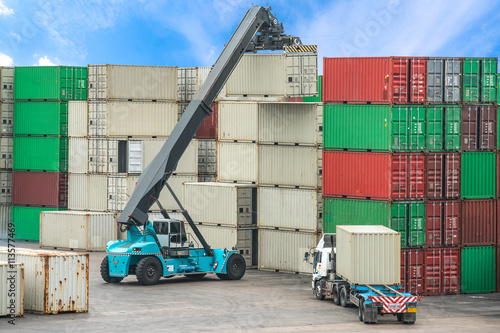 Foto op Plexiglas Op straat Forklift handling container box loading at the Docks with Truck