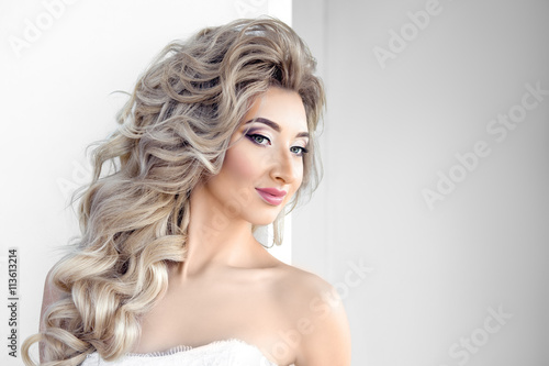 In de dag Art Studio Portrait of young beautiful bride over white background