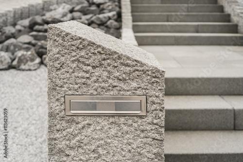 Moderner Briefkasten Aus Massivem Granit Vor Steingarten Mit Treppe