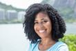 Porträt einer Frau mit schwarzen Locken am See