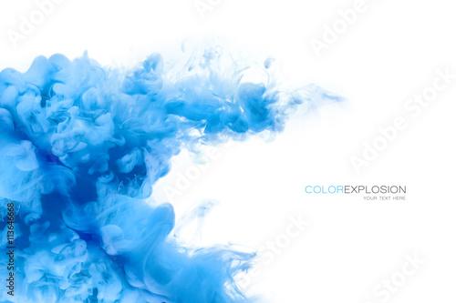 Niebieski akrylowy atrament w wodzie. Eksplozja kolorów. Maluj tekstury