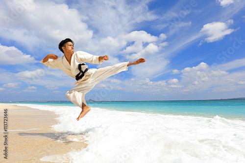 fototapeta na ścianę 南国の美しいビーチで鍛える男性