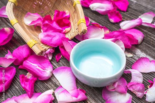 Zdjęcia na płótnie, fototapety, obrazy : petals of red rose on old table