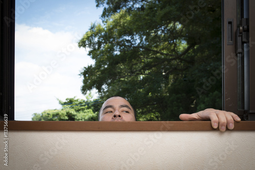 Poster 窓から覗く男性