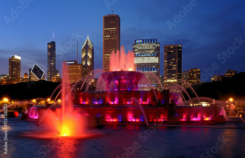 Tuinposter Chicago Buckingham Fountain at night in Grant Park in Chicago, Illinois