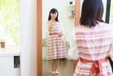 鏡を見る女性 全身