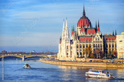 In de dag Boedapest The Parliament building on Danube river, Budapest, Hungary