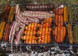 Detalle de Carne en Barbacoa - Varios tipos de carne y embutidos preparados para asar en la parrilla al aire libre