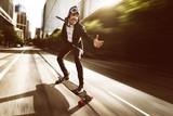 Geschäftsmann auf Skateboard - 113915855