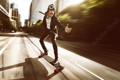 Fotobehang Skateboard Geschäftsmann auf Skateboard