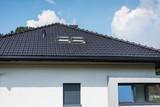 otwarte okna dachowe w domu jednorodzinnym