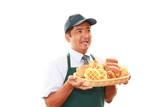 パンを運ぶ笑顔の男性