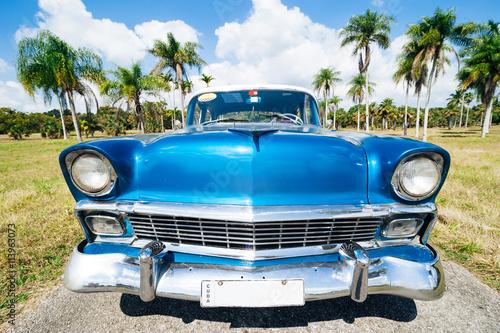 Altes blaues Auto auf Kuba.