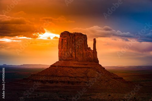 Fotobehang Bruin East Mitten Butte at Sunrise
