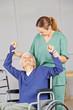 Leinwanddruck Bild Alte Frau macht Krankengymnastik im Pflegeheim