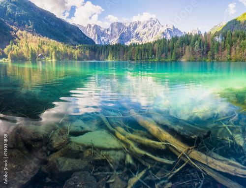 obraz lub plakat Panorama jeziora górskiego,góry oświetlone wschodzącym słońcem