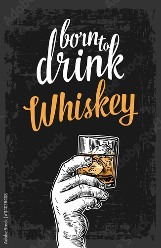 meska-reka-trzyma-szklo-z-whisky-i-kostkami-lodu