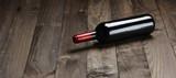 Botella de vino en la mesa de madera