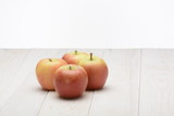 Manzanas de color rojo sobre una mesa