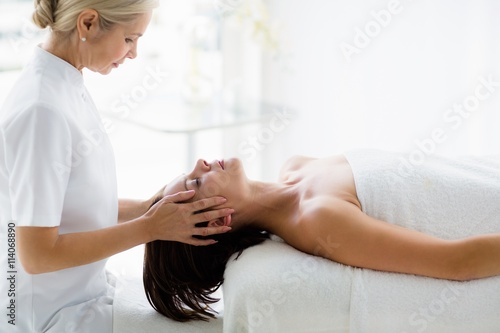 Стенна Декорация Masseur giving masage to woman