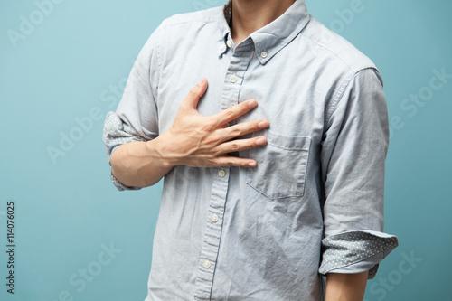 カジュアルシャツの男性・ブルーバック Poster