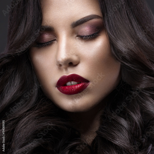 Poster Beautiful brunette model: curls, classic makeup and red lips