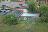 Graffiti sur mur d'entrepôt et terrain vague