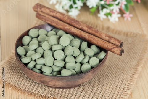 mata magnetyczna Herbal pill on wooden bowl. herb for healthy living.