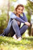 schöne Frau sitzt in der Natur