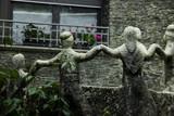 Fuente de agua rodeada de estatuas simbolizando personas unidas tomadas de las manos