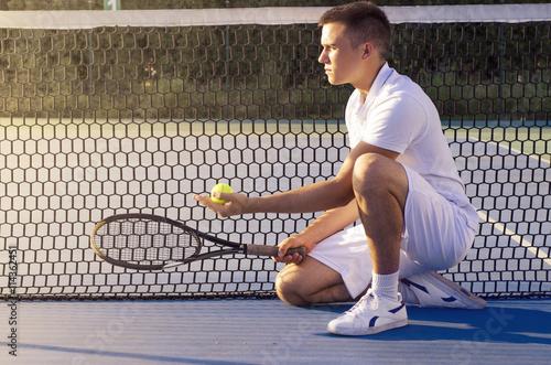 Le joueur de tennis à genoux dans la police de la raquette de tenue nette et la Tableau sur Toile
