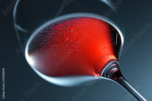 Verre de vin rouge en éclairage studio Poster
