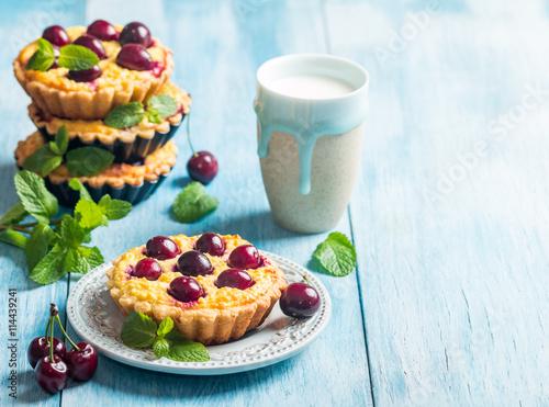 obraz PCV Small tarts with fresh cherries