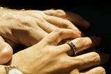 Manos de una pareja recién comprometida
