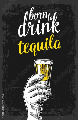 meska-reka-trzyma-strzal-alkoholu-napoj