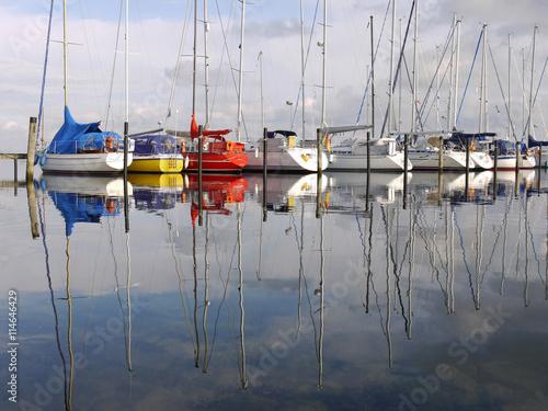 Segelboote am Steg im Yachthafen von Heiligenhafen Poster