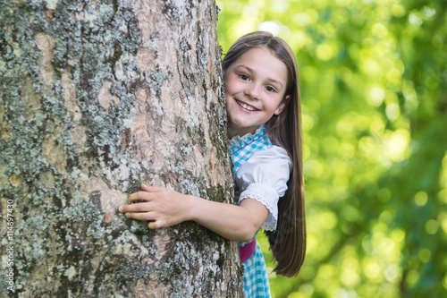 Poster Happy Girl behind a big old Tree