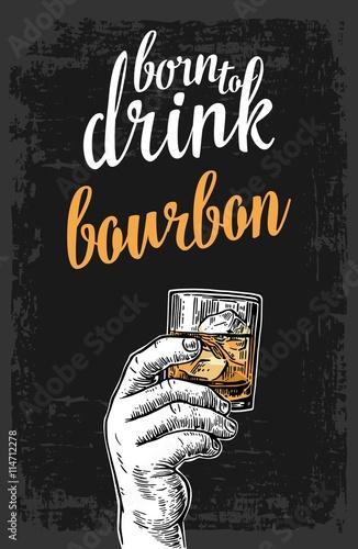 meska-reka-trzyma-szklo-z-bourbon-i-kostkami-lodu