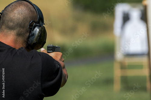 Police shooting practice at a shooting range © Tylinek