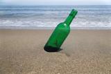 砂浜の緑の小瓶