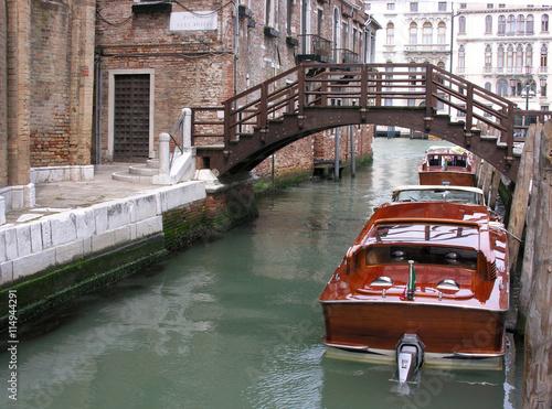 fototapeta na ścianę Mahagoniboote in einem kleinen Kanal in Venedig