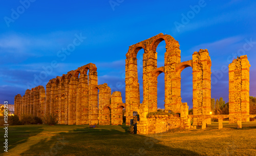fototapeta na ścianę old Roman Aqueduct of Merida in evening