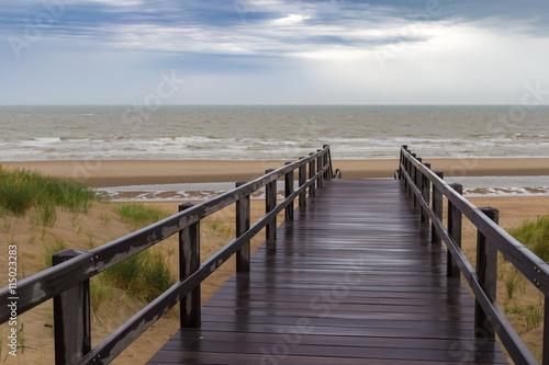 drewniany-schody-prowadzi-w-burzowego-niebo-i-morze-przy-de-haan-belgia