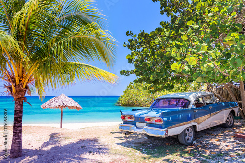 obraz lub plakat Vintage american oldtimer car parked on a beach in Cuba