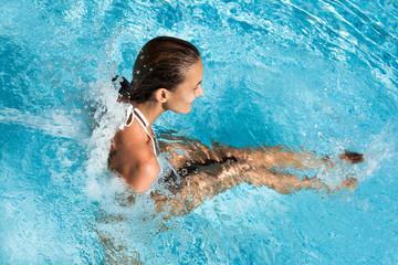 femme avec des jets d'eau dans une piscine